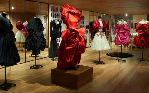 Alexander McQueen's 'Roses' Exhibition Is A Sight For Sore Eyes ft alexander mcqueen Alexander McQueen's 'Roses' Exhibition Is A Sight For Sore Eyes Alexander McQueen   s    Roses    Exhibition Is A Sight For Sore Eyes ft 480x300