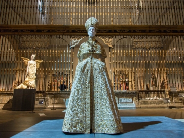 "Met Museum's ""Heavenly Bodies"", A Dialogue Between Fashion and Art"
