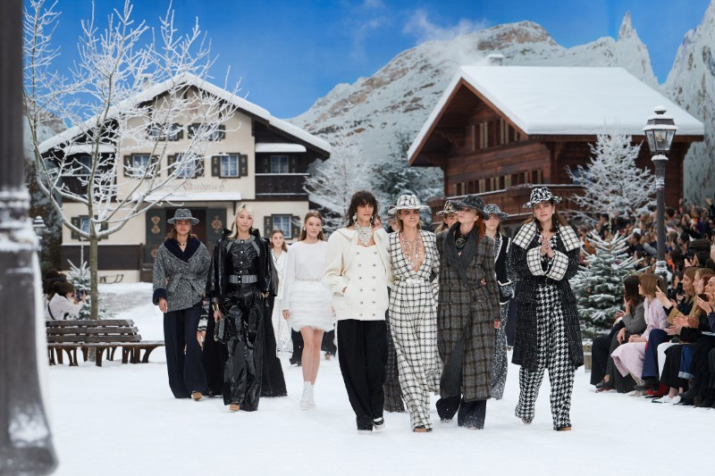 Karl Lagerfeld's Final Chanel Show is A Flawless Winter Tale karl lagerfeld Karl Lagerfeld's Final Chanel Show Becomes A Flawless Winter Tale Lagerfelds Final Chanel Show is A Flawless Winter Tale 3