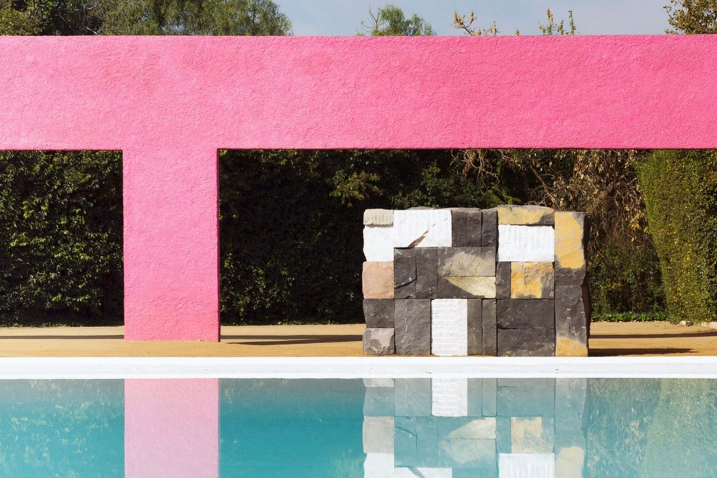 modern art Dive Into Modern Art By The Pool: Summer Ideas To Get You Refreshed feature image 48 1400x933