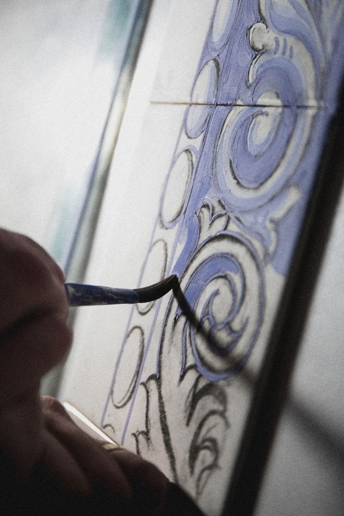 Portuguese Hand-painted Tiles – A Ode to Craftsmanship craftsmanship Portuguese Hand-Painted Tiles – An Ode to Craftsmanship The Art of Hand Painted Tiles Behind Boca do Lobos Luxury Furniture 9 683x1024